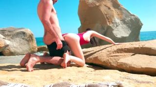 Jolie Fille française baise avec son copain sur la Plage - 4k