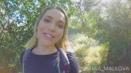 Mia Malkova profiteert van een openbare wandeltrip