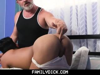 FamilyDick - Papi seduce a twink hispánico.