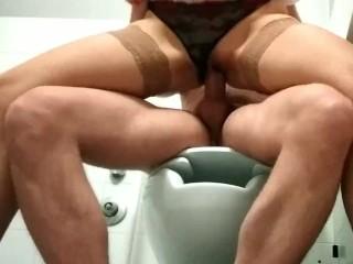 Favolosa scopata nel bagno del centro commerciale con ragazza in calze