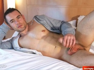 Full-video : Ludovic real hetero gets wanked his big cock in spite of him !