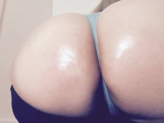 Curvy blonde plays with booty and cum countdown
