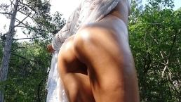 Scopata selvaggia con ragazzina vicino a una cascata - CarryLight
