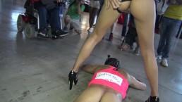 Carolina Abril mea a un sumiso en público