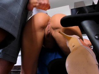 AMATEUR Blow job in kitchen - cumshoot on young girl
