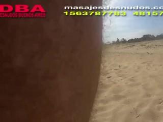 CHICOS DIVIRTIENDOSE EN PLAYA NUDISTA