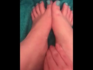 Teen rubs cum on my feet well moaning