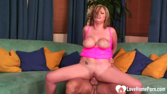 Download Gratis Video  Smoking babe gets her wet pussy plundered