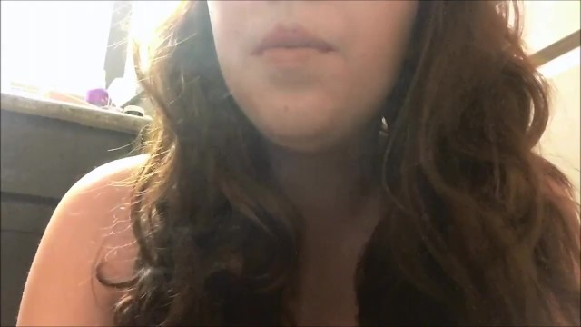 Streaming Gratis Video  Hot Brunette Teen Smoking Red Cork Tip Cigarette in Lip Gloss - Close Up
