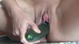 Brunette se baise sexuellement le concombre. Beaucoup d'orgasmes.
