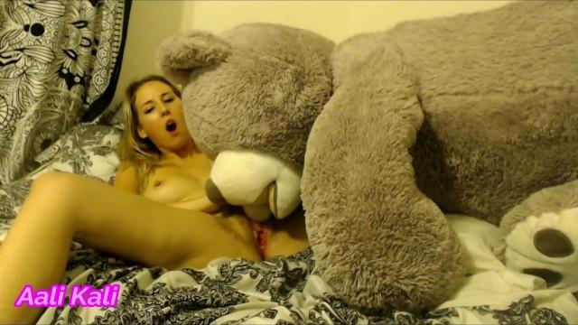 Hump teddy bear knee cole slaw