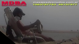URUGUAYO TOMANDO MATE EN PLAYA NUDISTA
