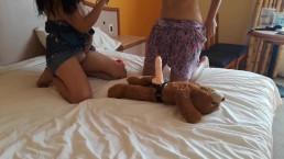 Enseñando a mi hermana como  jugar con mi osito  -squirt- agatha dolly