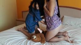 Mijn zus leren spelen met mijn teddybeer
