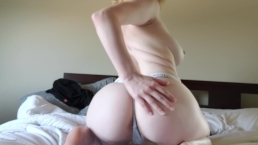 Teen figuring pussy through panties