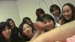 初心な黒髪お姉さん達がキモ男の臭いチンポを手コキしてフル勃起させる