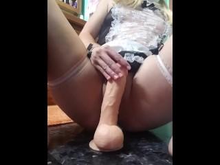 Femme de menage sexy baise une énorme bite et a de véritables contractions d'orgasme