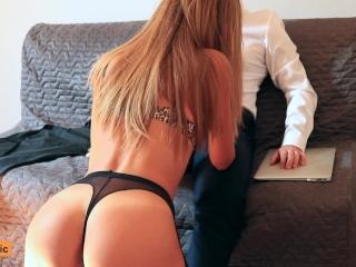 Secrétaire blonde se fait baiser par son patron à l'orgasme