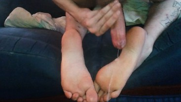 HUGE CUMSHOT ON FEET - HOT LONG SOLES