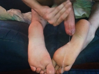 HUGE CUMSHOT ON FEET - HOT LONG SOLES