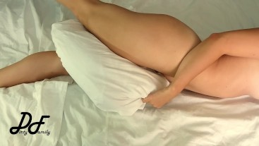 Masturbation with pillow between crossed legs ~DirtyFamily~
