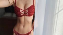 La giovane donna ha più orgasmo con un nuovo giocattolo al mattino