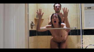 Couple amateur baise dans une douche d'hôtel - Sextwoo - Pussy rubbing