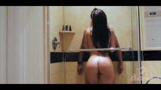 Couple amateur baise dans une douche d'hôtel - Sextwoo -