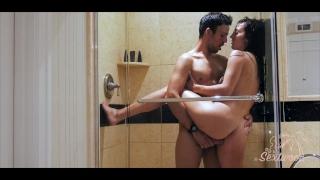 Couple amateur baise dans une douche d'hôtel - Sextwoo - porno