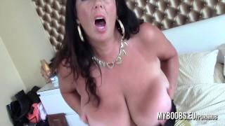 Busty Cougar Lulu Lush si masturba e JOI
