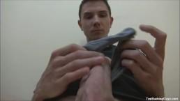 Twink arrapato con un feticismo per i piedi