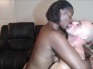 Kissing naeja3...