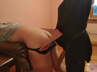 Huge strapon pegging on the table by pregnant...