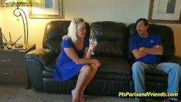 Blondi vaimo vitsailee sohvalla