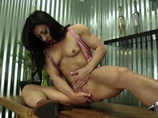 Big clit fitness chick dildos her pussy