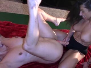 Alexis Rain fucks Wenona till orgasm