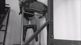La chica en el gimnasio no tiene miedo de ser descubierta y ella entrena su
