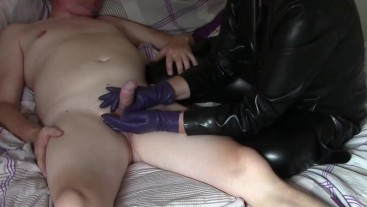 Hanjdjob in purple leather gloves