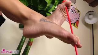 L'indiana a piedi nudi tira freccie con le dita dei piedi