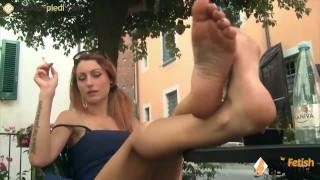 La Rossa mostra i piedi nudi in pubblico