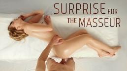 Femme coquine avec une surprise a l'intérieur d'elle se fait satisfaire par un masseur