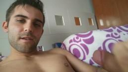 Guapo español empieza a masturbarse con su bonita polla