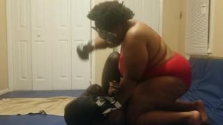Maîtresse bat et pisse sur un esclave en lutte