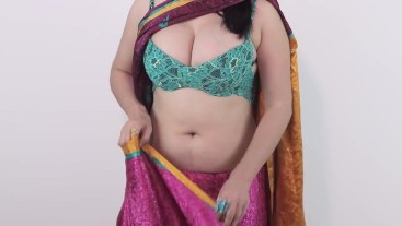 Sexy Desi Girls Showing Huge Cleavage In Saree