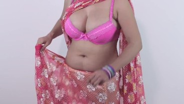 Young Girls Exposed Her Boobs Showing Downblouse In Saree
