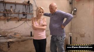 Alter Mann fickt zierliche Blonde Küken in den Arsch