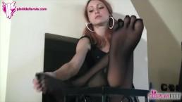 L'alunna mostra i piedi con i collant a 5 dita