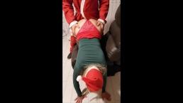 Papá Noel entrega un gran regalo para Navidad a muy buenas chicas.