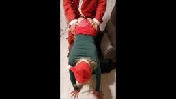 santa claus liefert ein tolles Geschenk zu Weihnachten für sehr gute Mädche
