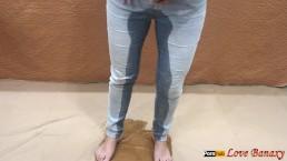 Piss en jeans et farce culotte mouillée à l'intérieur de la chatte